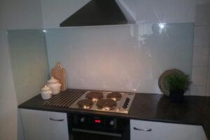 Achterwand van glas in keuken